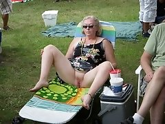 mature housewife open legs outdoor and flash her cunt