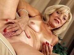 See this worn out granny pussy in close-up when aroused